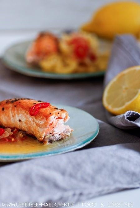 Lachs mit leichter Zitronensauce - glasiger Fisch mit einer sauer-würzigen Sauce ohne Sahne nach Rezept von ÜberSee-Mädchen der Foodblog vom Bodensee