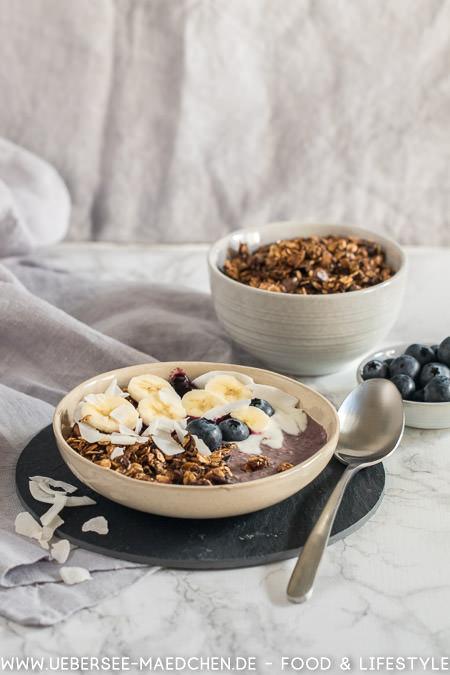 Smoothie-Bowl mit Blaubeer Banane Granola Rezept von ÜberSee-Mädchen der Foodblog vom Bodensee