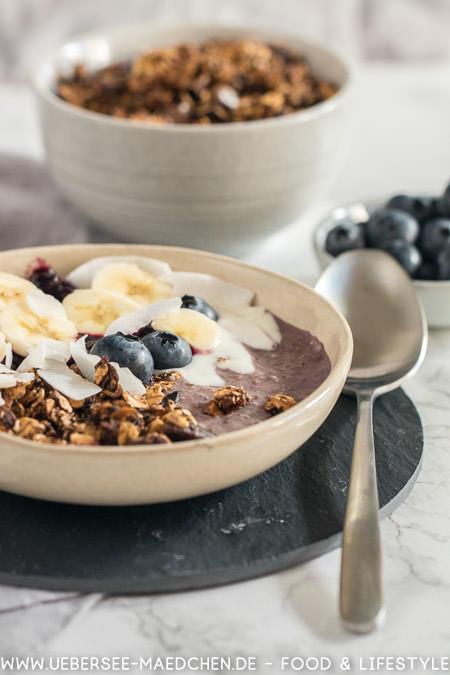Smoothie-Bowl nach Jamie Oliver mit Blaubeeren und selbstgemachtem Granola Rezepte von ÜberSee-Mädchen Foodblog vom Bodensee