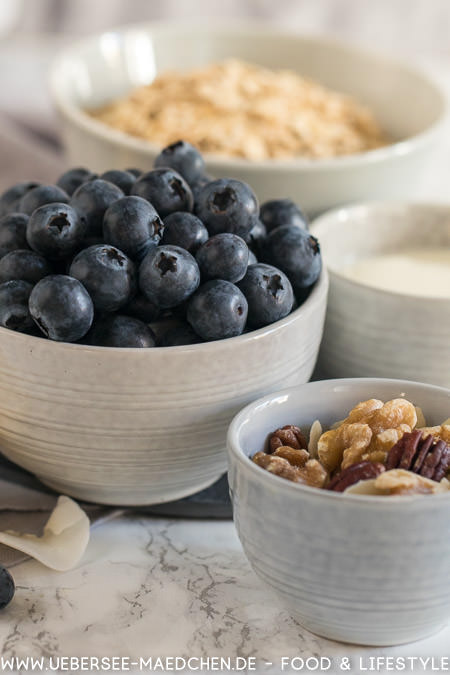 Zutaten für eine Smoothie-Bowl mit selbstgemachtem Granola und Obst nach Jamie Oliver
