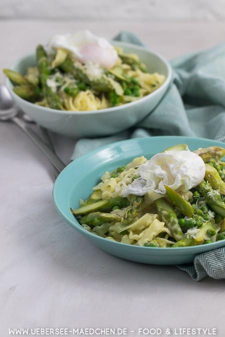 Frühlingspasta mit grünem Spargel, Käsesauce und pochiertem Ei Rezept von ÜberSee-Mädchen Foodblog vom Bodensee