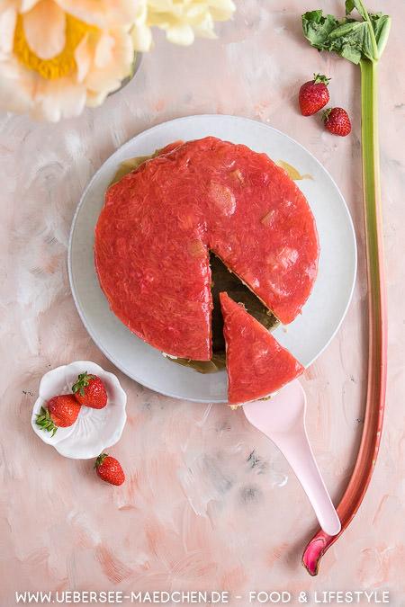 Ein Stück Joghurt-Torte mit Keksboden und Erdbeer-Rhabarber-Guss Rezept von ÜberSee-Mädchen Foodblog vom Bodensee
