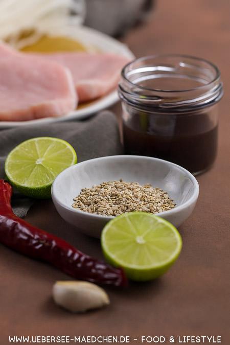 Zutaten für eine Teriyaki-Pfanne Sesam Teriyaki-Sauce Limetten Chili Knoblauch