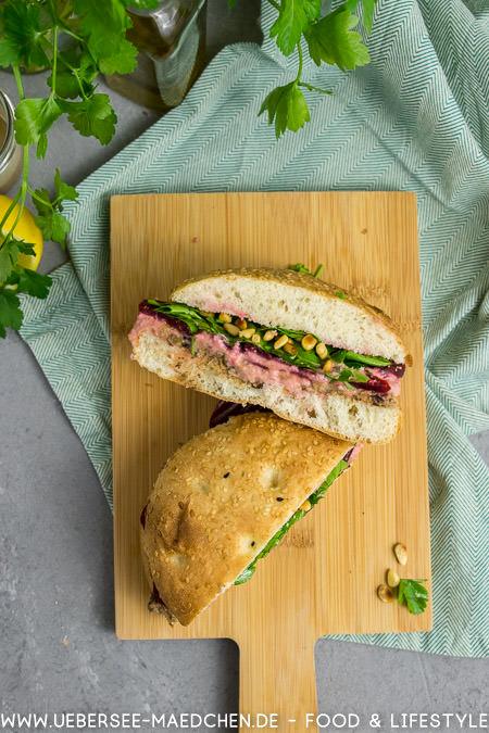 Gefülltes Fladenbrot von oben: Sandwich mit zweierlei Hummus Rezept von ÜberSee-Mädchen Foodblog vom Bodensee