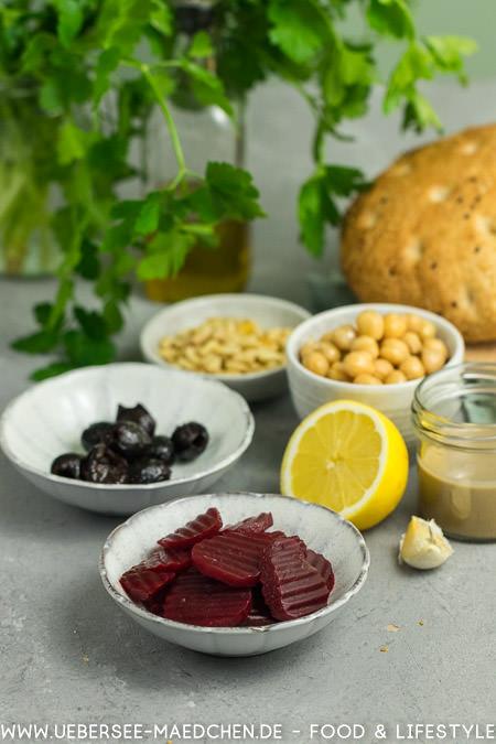 Zutaten für Fladenbrot-Sandwich und Hummus selbstgemacht vegetarisch veganes Sandwich