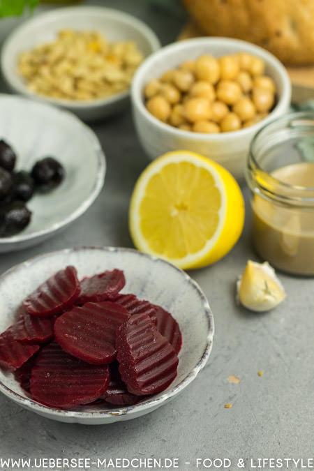 Zutaten für ein gefülltes Fladenbrot: Rote Bete, Oliven und Kichererbsen für Hummus