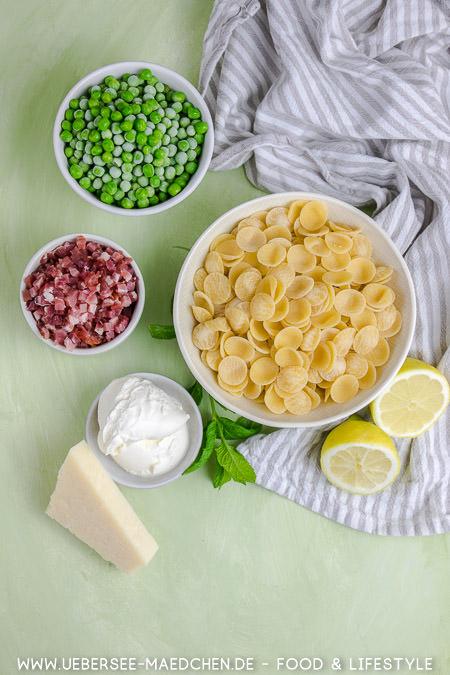 Zutaten für schnelle Pasta mit Creme fraiche Sauce Speck Erbsen Parmesan nach Jamie Oliver