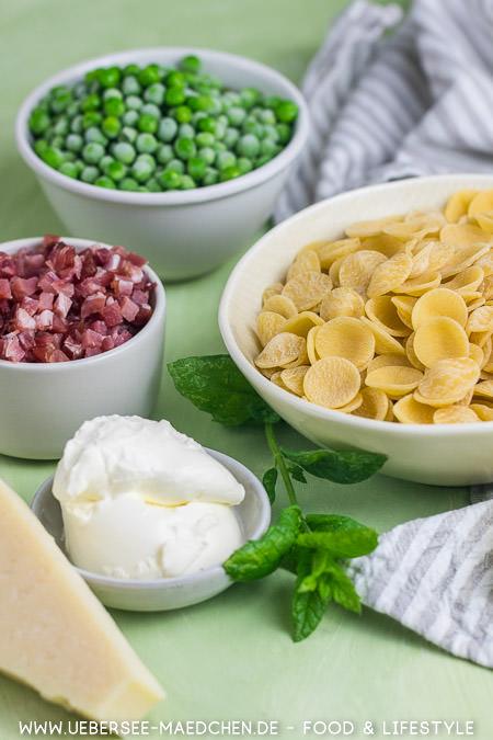 Zutaten für Pasta nach Jamie Oliver: Schnell perfekt zum Feierabend mit Speck Parmesan Creme fraiche Erbsen