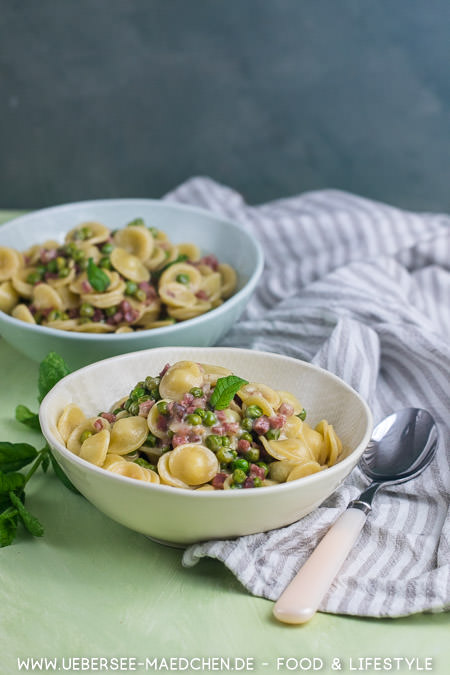 Zwei Teller schnelle Feierabend-Pasta mit Speck Parmesan Erbsen Rezept von ÜberSee-Mädchen Foodblog vom Bodensee