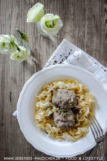 Ein Teller Königsberger Klopse mit Kapern Mehlschwitze Nudeln nach Familienrezept von ÜberSee-Mädchen Foodblog am Bodensee