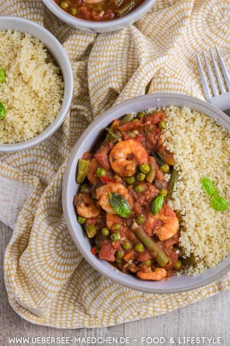 Eine Schüssel Couscous mit orientalischer Tomatensauce Erbsen Bohnen Garnelen Zimt nach Jamie Oliver Rezept von ÜberSee-Mädchen Foodblog vom Bodensee
