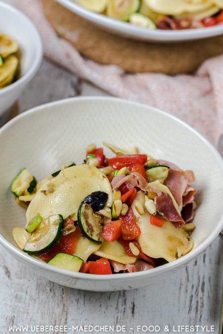 Mediterraner Salat mit Ravioli Paprika Zucchini Rezept von ÜberSee-Mädchen Foodblog vom Bodensee