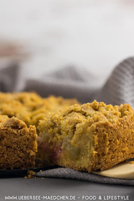 Ein Stück knuspriger Streuselkuchen mit Rhabarber Polenta nach Nigel Slater Rezept von ÜberSee-Mädchen Foodblog vom Bodensee