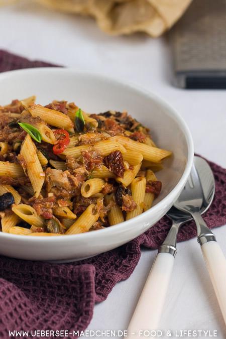 Ein Teller pikante Thunfisch-Pasta nach Jamie Oliver Rezept von ÜberSee-Mädchen Foodblog vom Bodensee
