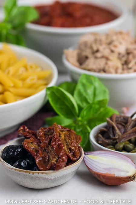 Zutaten für Pasta puttanesca mit Thunfisch Sardellen Oliven