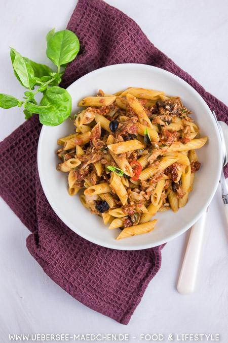 Ein Teller mit Pasta Thunfisch Oliven Kapern ala puttanesca nach Jamie Oliver Rezept