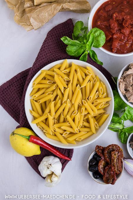 Zutaten von oben: Nudeln für Thunfischpasta mit Sardellen Tomaten nach Jamie Oliver