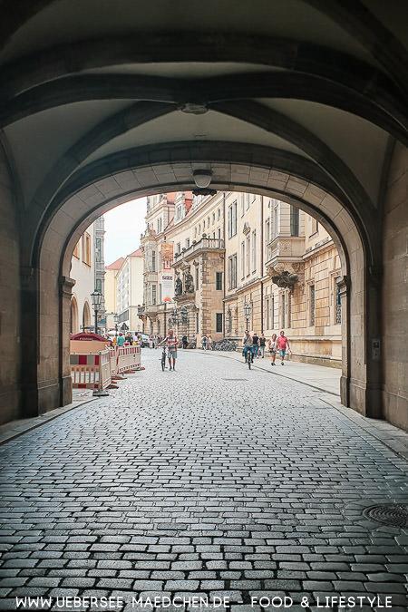 Blick durch einen Durchgang beim Dresdner Schloss - Tipps für Urlaub in Deutschland von ÜberSee-Mädchen