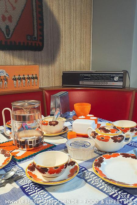 Die Welt der DDR anhand eines Esstisch mit Geschirr im DDR-Museum Dresden Travelguide von ÜberSee-Mädchen