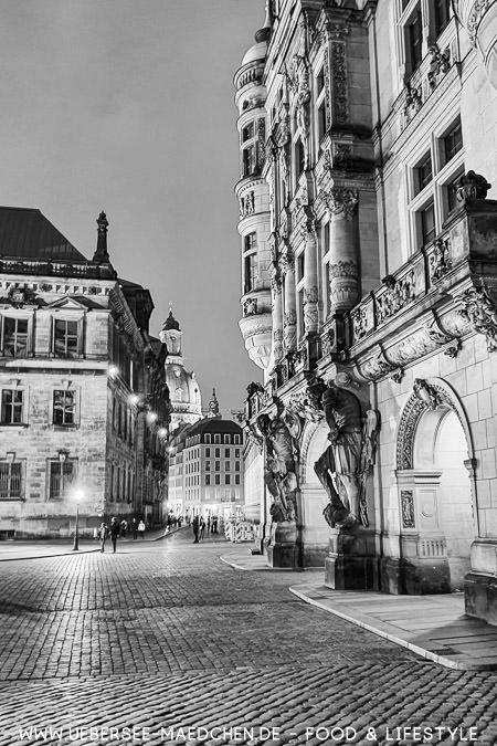 Das Schloss mit Blick entlang Fürstenzug gen Frauenkirche in Dresden