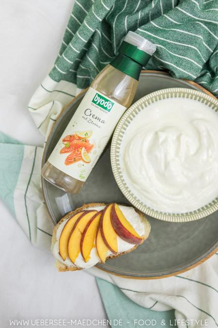 Frischkäsecreme und Byodo-Zitronencrema ergeben köstlichen vegetarischen Brotaufstrich