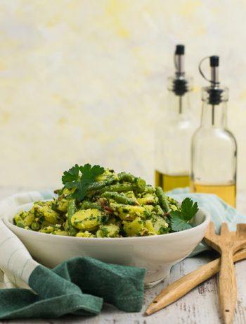 Eine Schüssel portugiesischer Kartoffelsalat mit Mandelcrunch und Petersilienpesto Rezept von ÜberSee-Mädchen Foodblog vom Bodensee