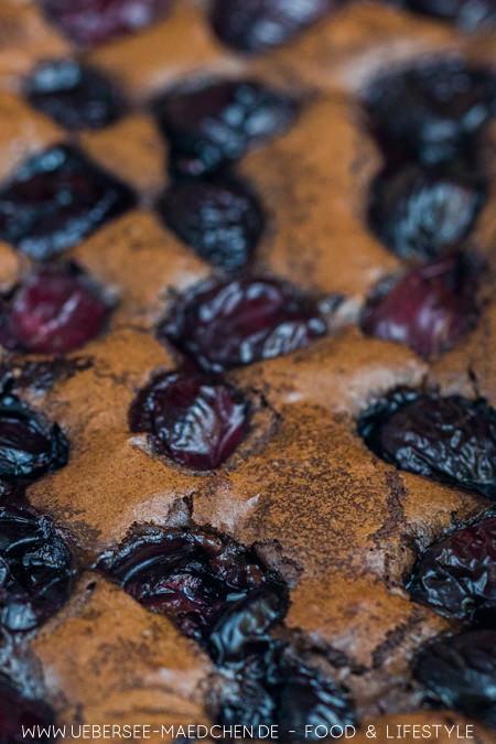 Nahaufnahme von Kirsch-Brownies nach einem Rezept von ÜberSee-Mädchen Foodblog vom Bodensee