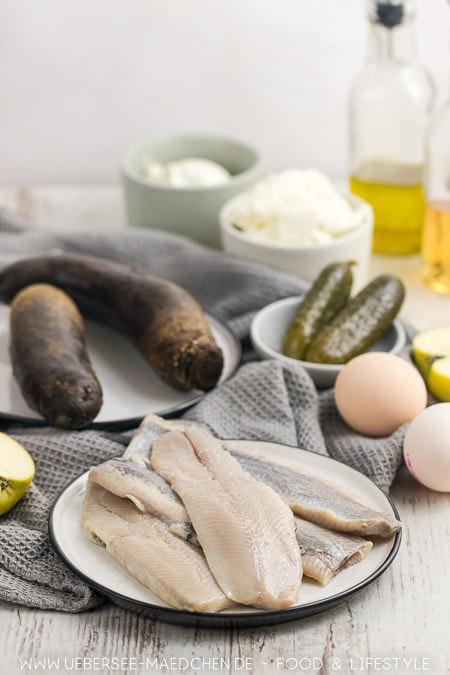 Zutaten für Matjes-Salat mit Fisch rote Bete Ei Gewürzgurken Ei und saure Sahne