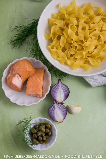 Wenige Zutaten für Pasta mit Lachs ergeben ein schnelles Feierabendgericht Nudeln Lachs Zwiebeln Dill Kapern Knoblauch