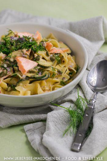Pasta mit Lachs-Zucchini-Sauce und Dill-Kapern-Crunch Rezept von ÜberSee-Mädchen Foodblog vom Bodensee