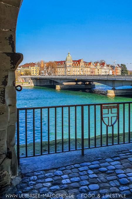Blick auf die Konstanzer Rheinbrücke samt Seestraße als eine kostenlose Sehenswürdigkeit in Konstanz