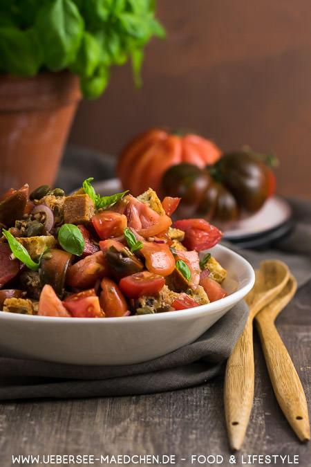 Salat perfekt im Sommer zum Grillen: Tomaten-Brot-Salat Rezept von ÜberSee-Mädchen
