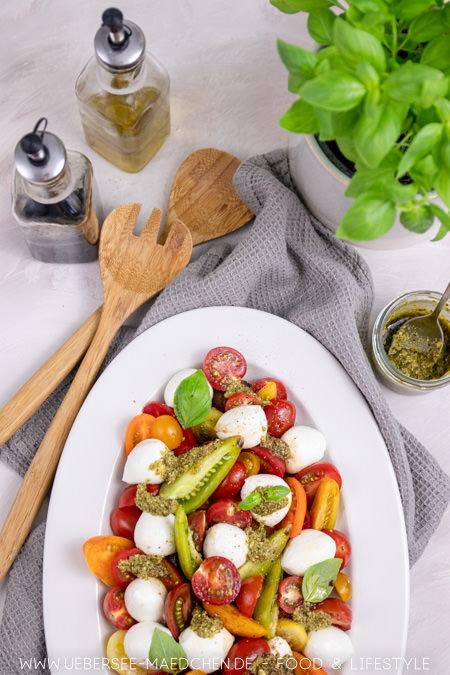 Salatplatte von oben mit Tomaten-Mozzarella Rezept von ÜberSee-Mädchen