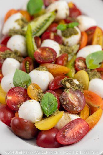 Tomaten-Mozzarella-Salat deluxe mit Pesto Rezept von ÜberSee-Mädchen Foodblog vom Bodensee Konstanz