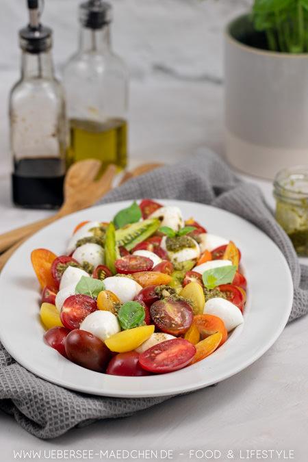 Tomaten-Mozzarella-Salat wird mit grünem Pesto noch besser Rezept von ÜberSee-Mädchen der Foodblog vom Bodensee Konstanz