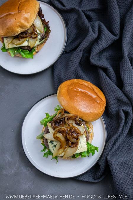 Ein Burger mit Gorgonzola von oben mit Hackfleisch Birne Zwiebel Rezept von ÜberSee-Mädchen