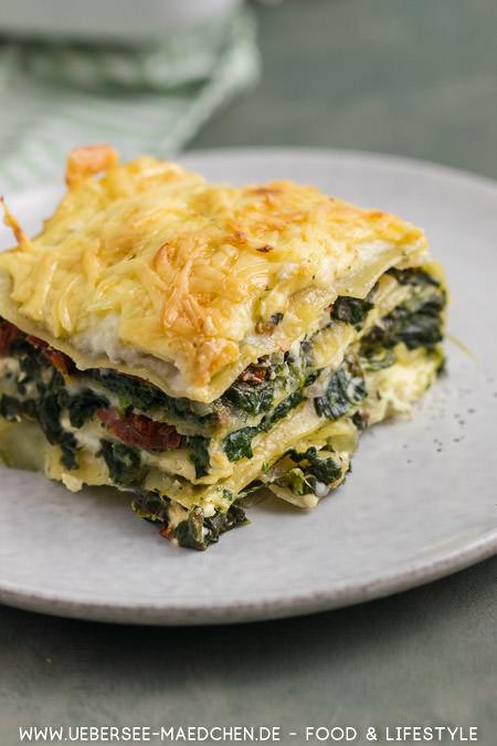 Spinat-Lasagne mit Feta getrockneten Tomaten und selbstgemachter Bechamel-Sauce Rezept von ÜberSee-Mädchen Foodblog vom Bodensee