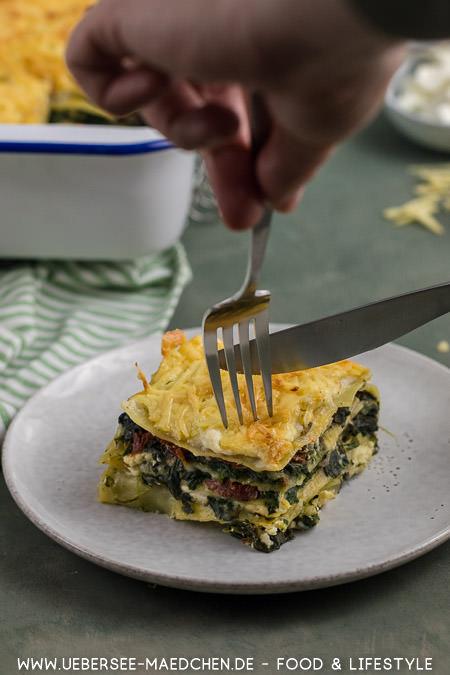 Eine Gabel mit Spinat-Lasagne Rezept von ÜberSee-Mädchen