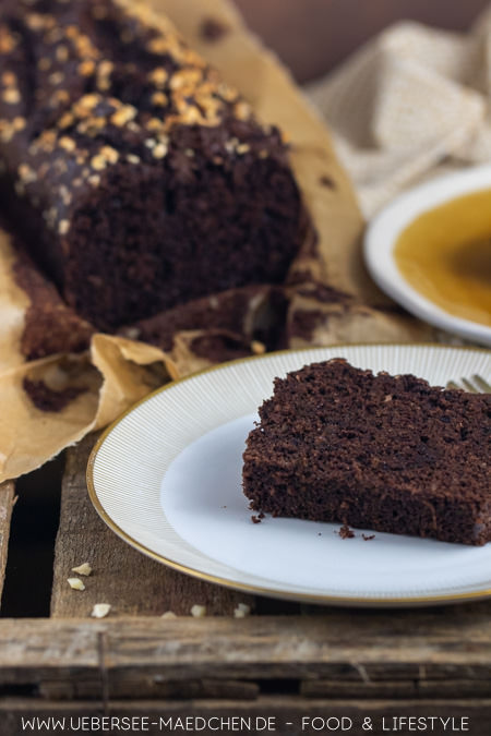 Ein Stück Zucchini-Kuchen mit Schokolade ist sehr saftig und das Rezept ist einfach zu backen