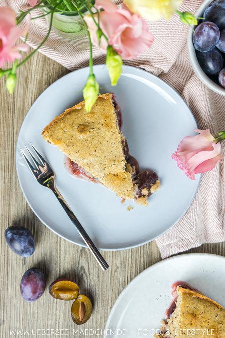 Ein Stück Zwetschgenkuchen mit einfachem Rührteig glutenfrei Rezept von ÜberSee-Mädchen