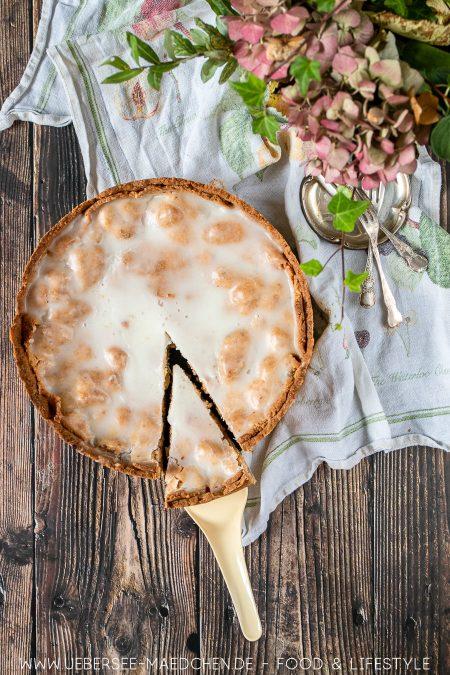 Gedeckter Apfelkuchen mit Zuckerguss ist ein Lieblingskuchen Rezept