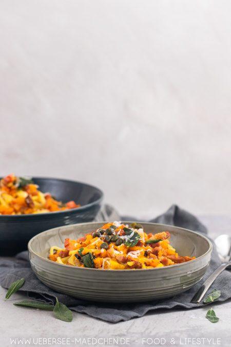 Zwei Teller Pasta mit Kürbis Salbei Speck Rezept von ÜberSee-Mädchen