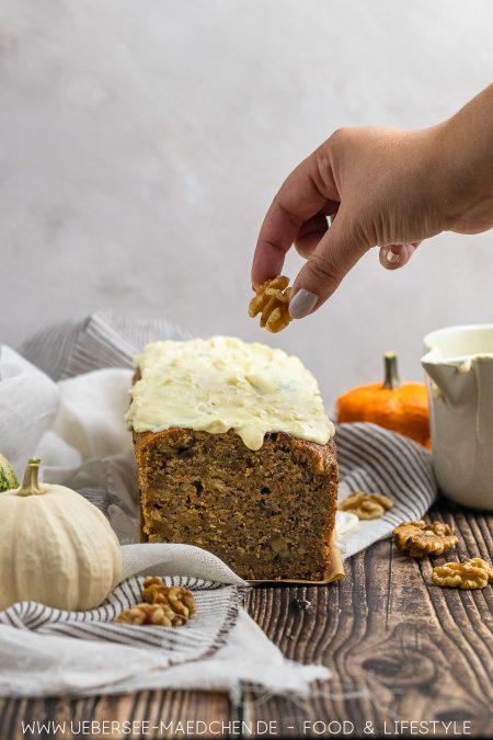 Kürbiskuchen mit weißem Schokoguss und Walnüssen Rezept von ÜberSee-Mädchen Foodblog vom Bodensee