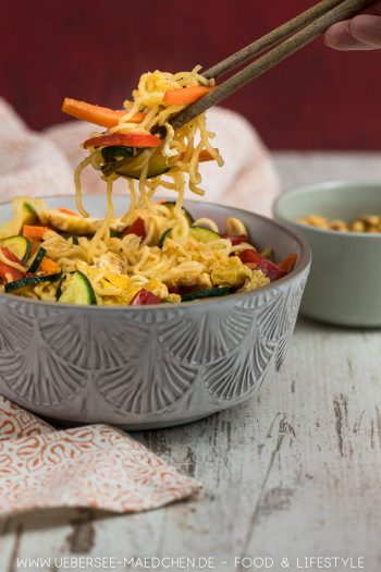 Asia-Nudeln mit Gemüse Soja-Ei Teriyaki-Sauce vegetarisches Rezept