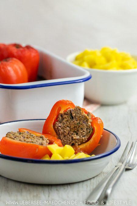 Eine Portion gefüllte Paprika mit Hackfleisch Kartoffeln Tomatensauce