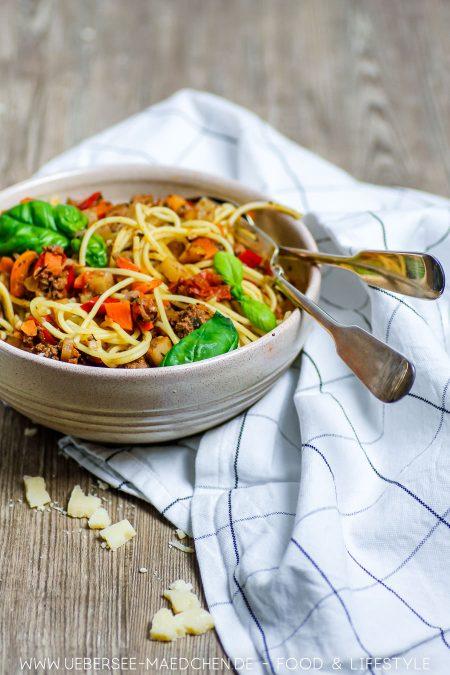 Ein Teller Spaghetti Bolognese mit viel Gemüse Rezept von ÜberSee-Mädchen Foodblog vom Bodensee