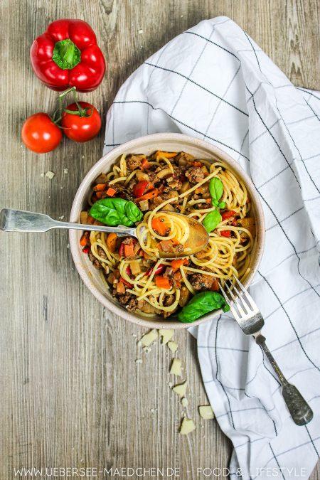 Ein Teller Spaghetti Bolognese mit viel Gemüse Rezept