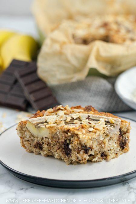 Ein Stück Bananenbrot mit Erdnuss und Kokos