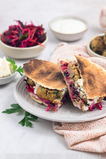 Falafel-Sandwich mit Wurzelgemüse-Salat Feta Joghurtsauce Rezept von ÜberSee-Mädchen Foodblog vom Bodensee