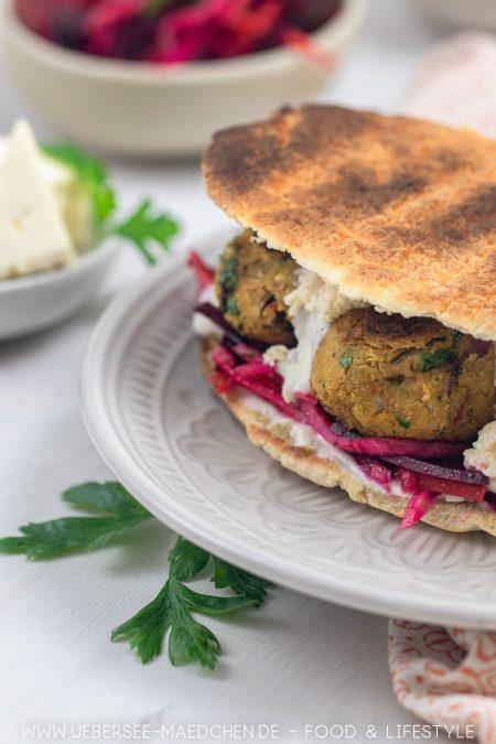 Sandwich mit Falafel Salat Feta Joghurtsauce einfaches Rezept von ÜberSee-Mädchen